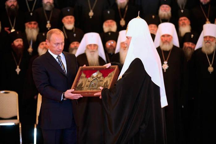 Частица Ризы Господней был передана Владимиром Путиным Его Святейшеству Алексию II. Риза передана в Храм Христа Спасителя навсегда, доступ к святыне открыт в субботние и воскресные дни.
